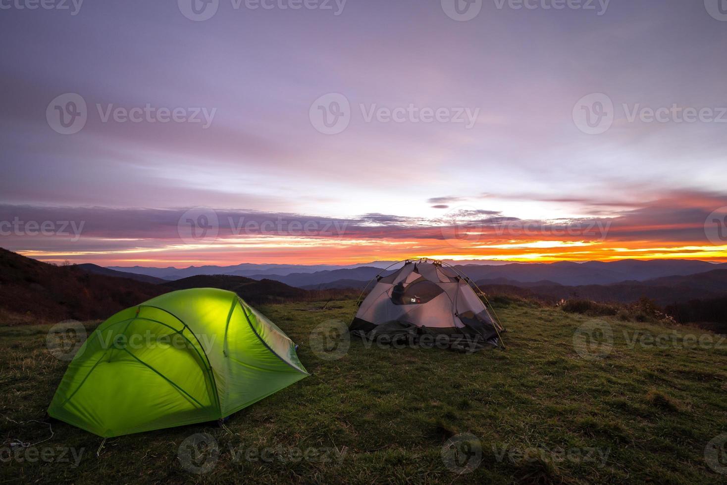 nascer do sol colorido do acampamento foto