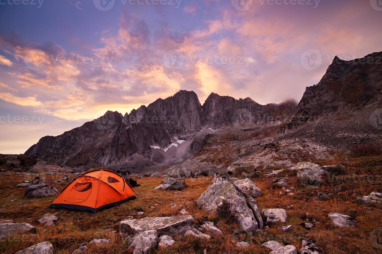 turista acampar nas montanhas foto