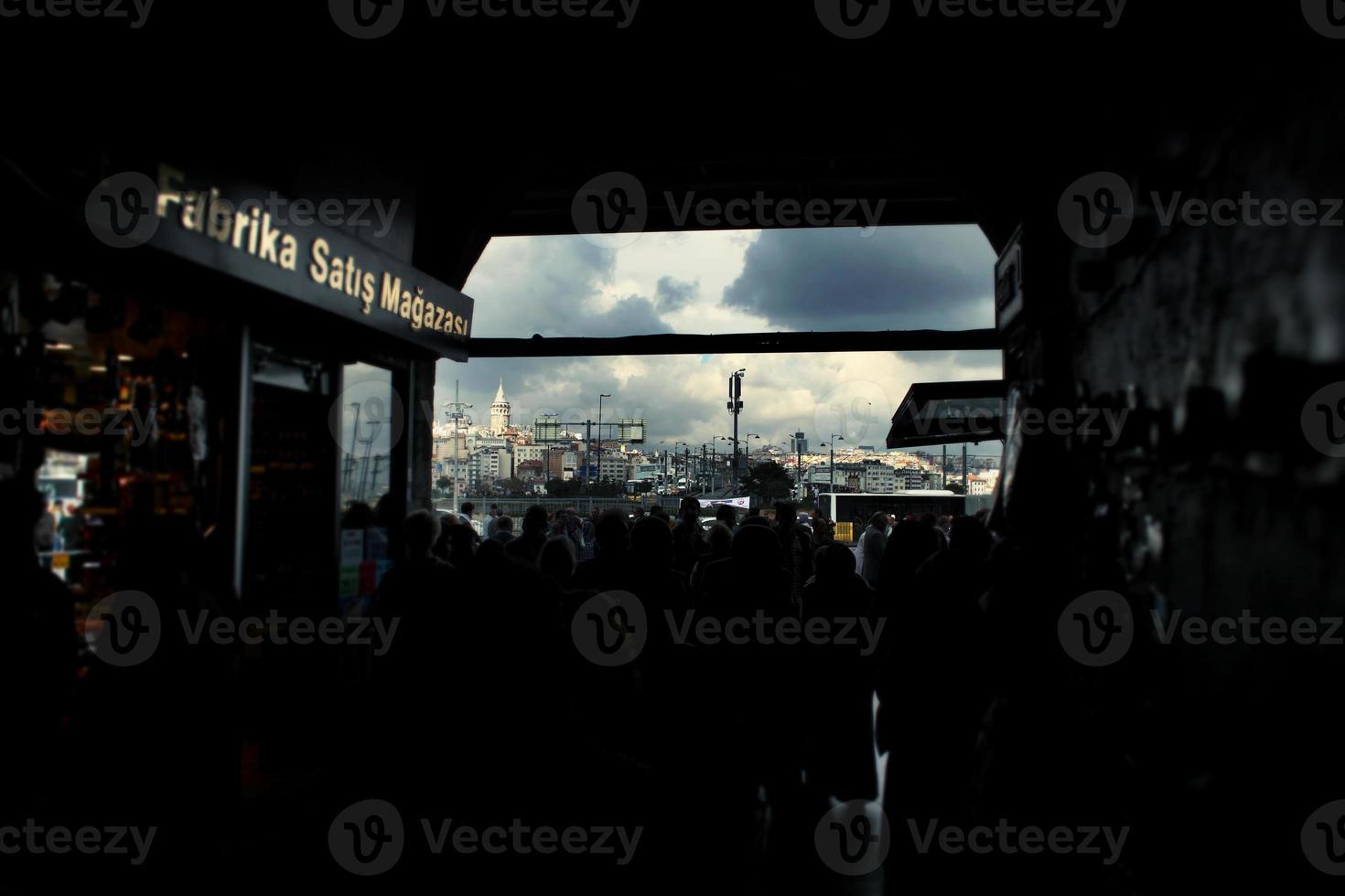 pessoas em um souk em Istambul foto