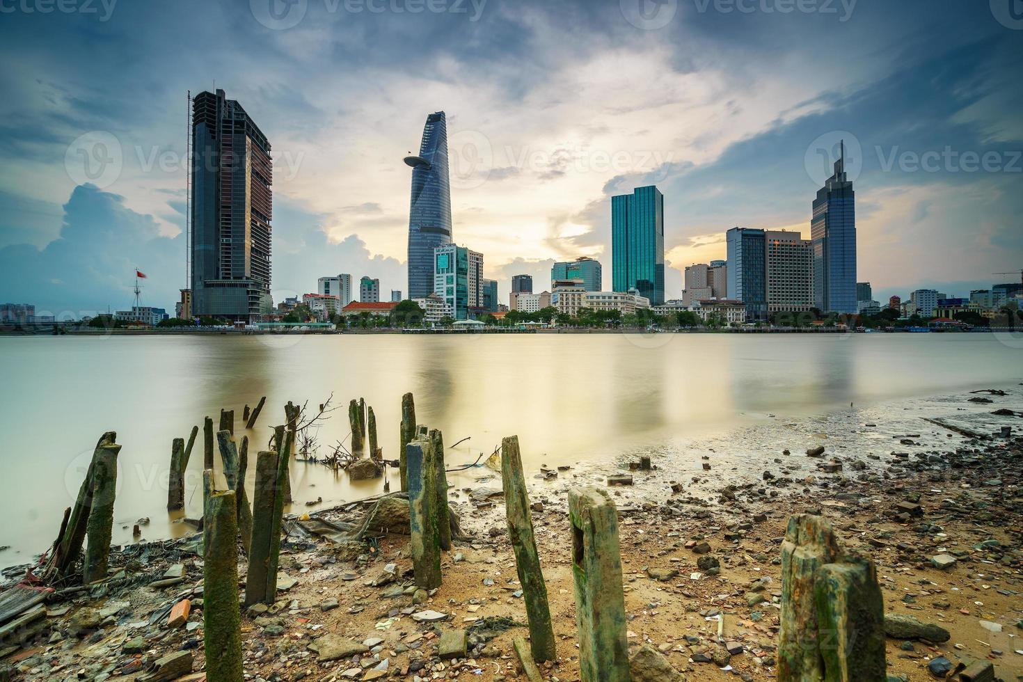 centro da cidade de saigon no pôr do sol (hdr), cidade de ho chi minh, vietnã foto