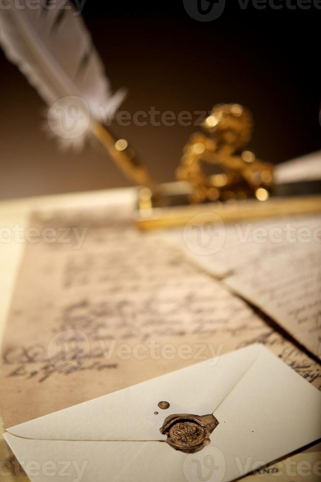 envelope com um carimbo de cera velho foto