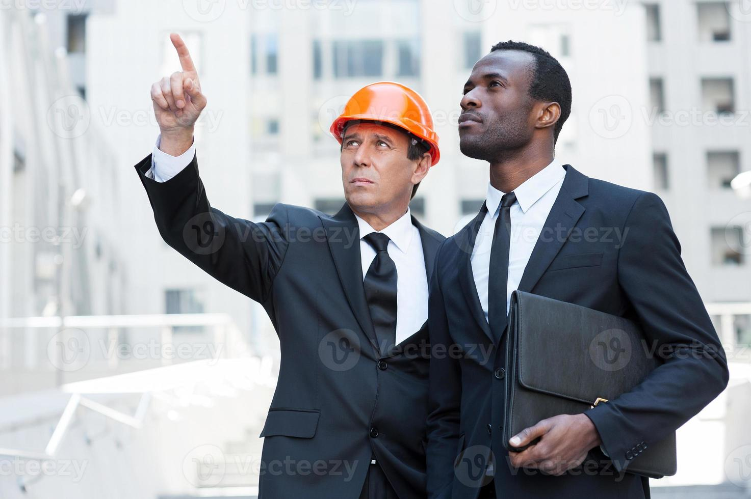 discutindo projeto de construção. foto