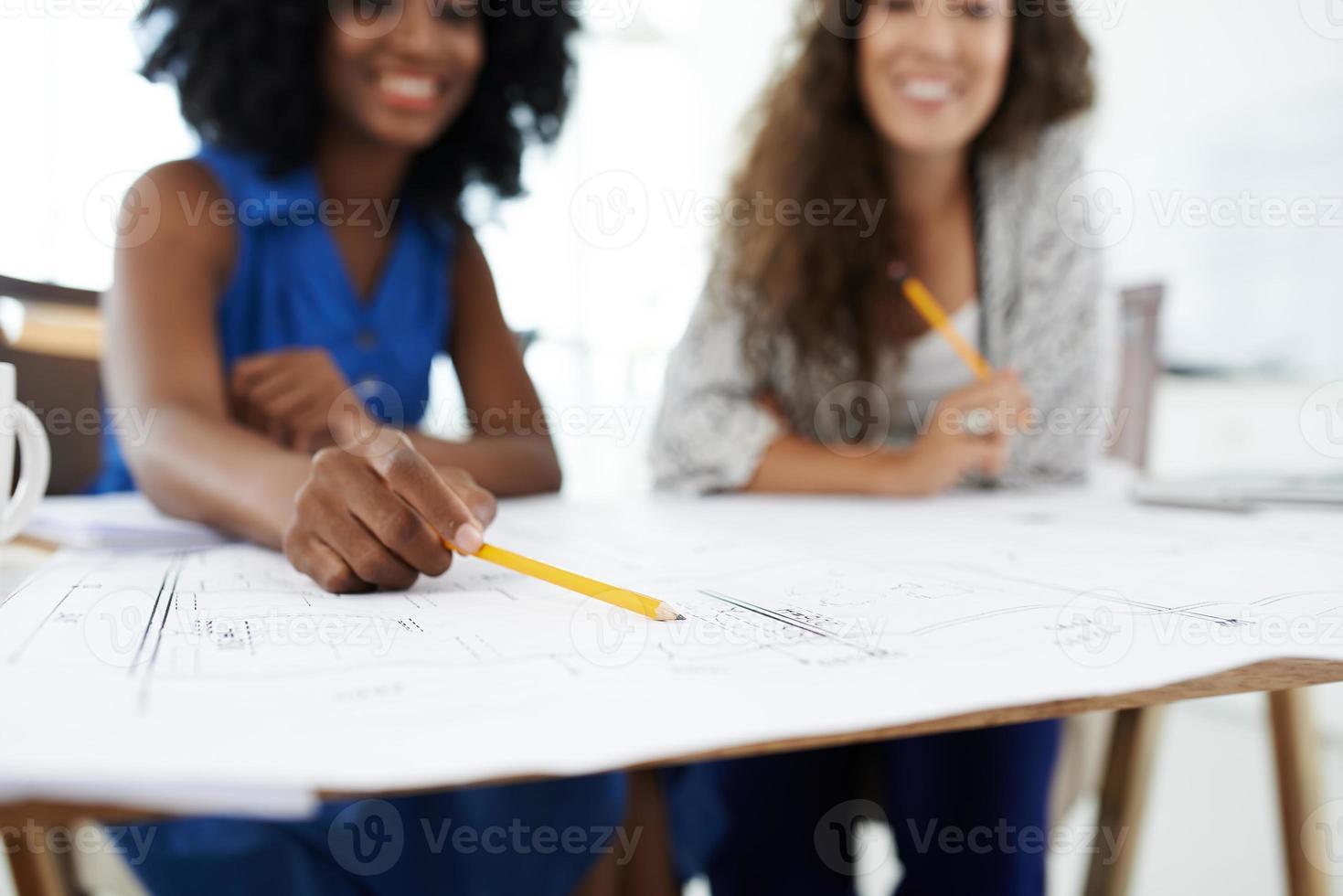 discutindo detalhes foto