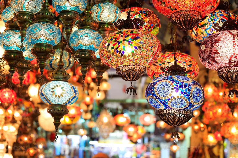 conjunto de lanternas coloridas com padrões orientais em um bazar foto