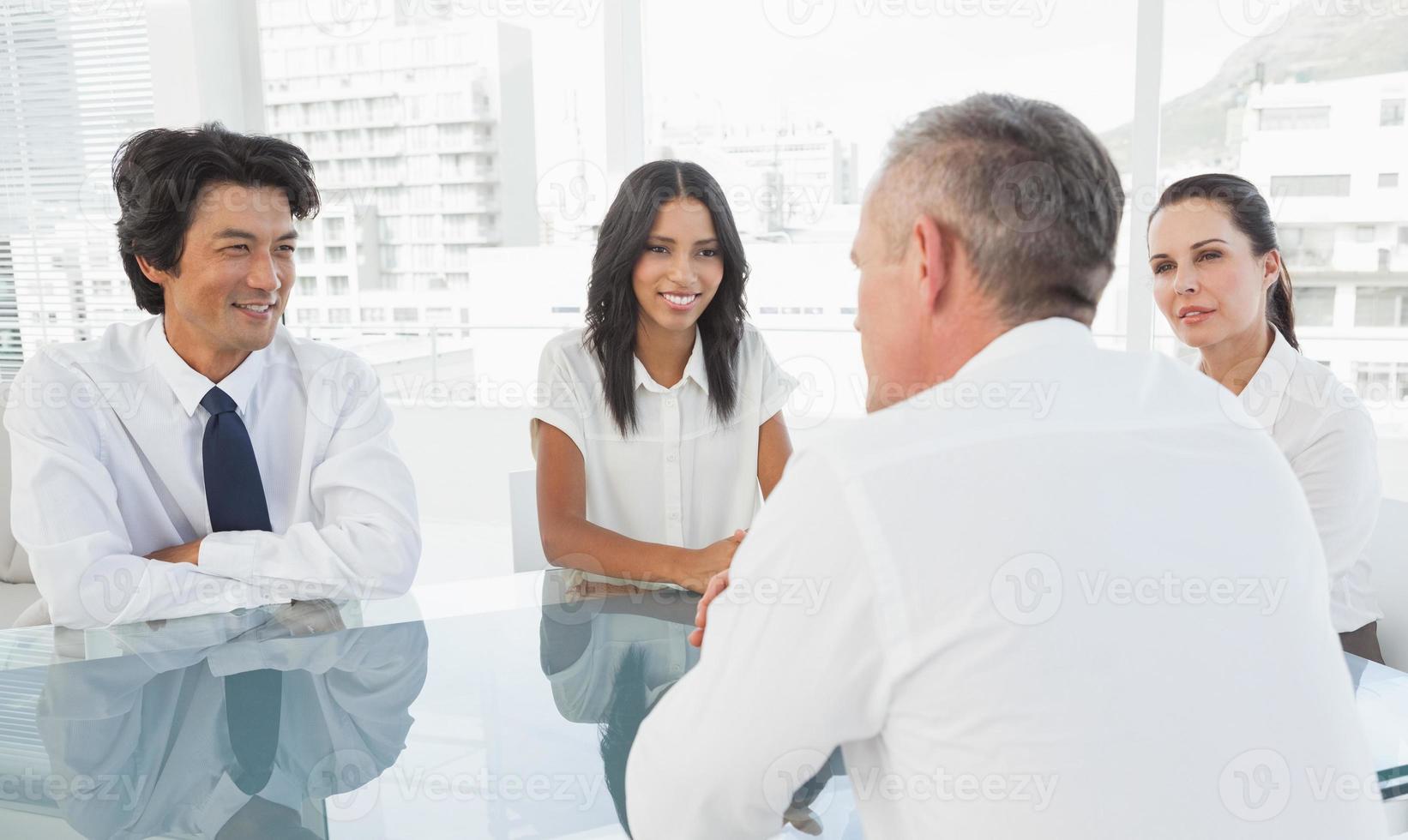 equipe de negócios feliz falando juntos foto