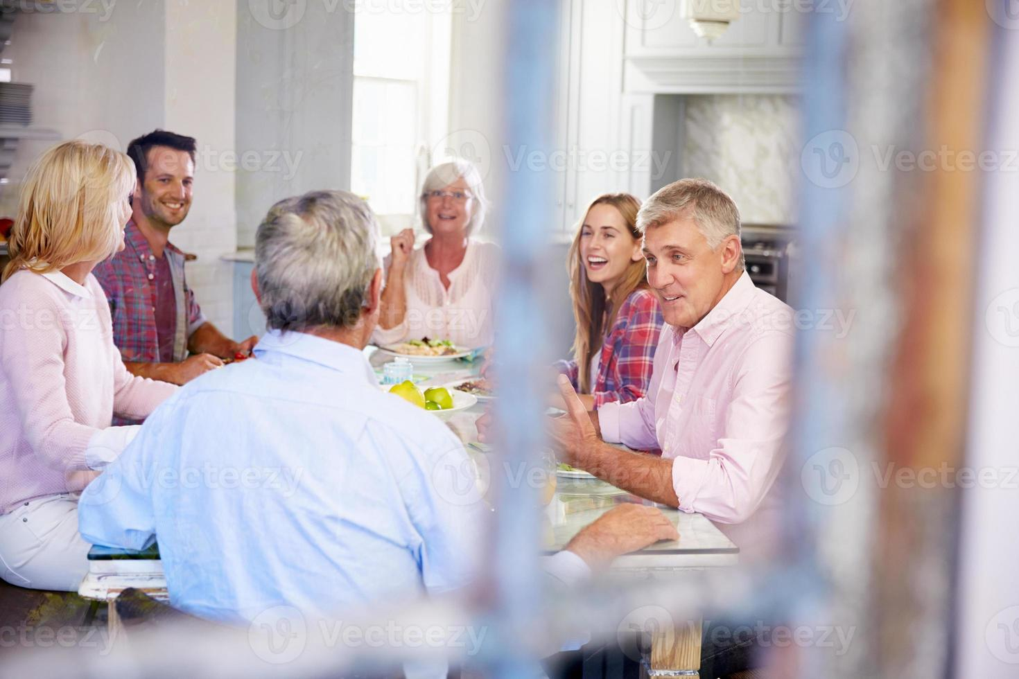 grupo de amigos, aproveitando a refeição em casa juntos foto