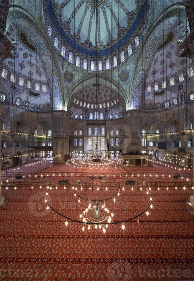 vista interna da mesquita azul, sultanahmet, istambul foto