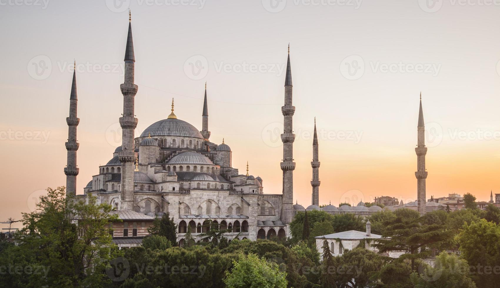 pôr do sol sobre a mesquita azul no distrito de sultanahmet, Istambul, Turquia. foto