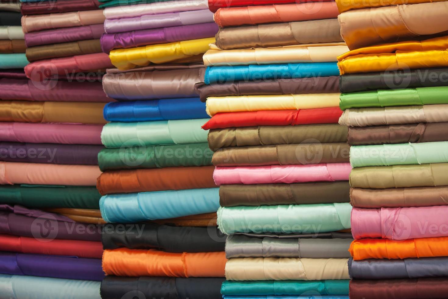 tecidos coloridos empilhados foto