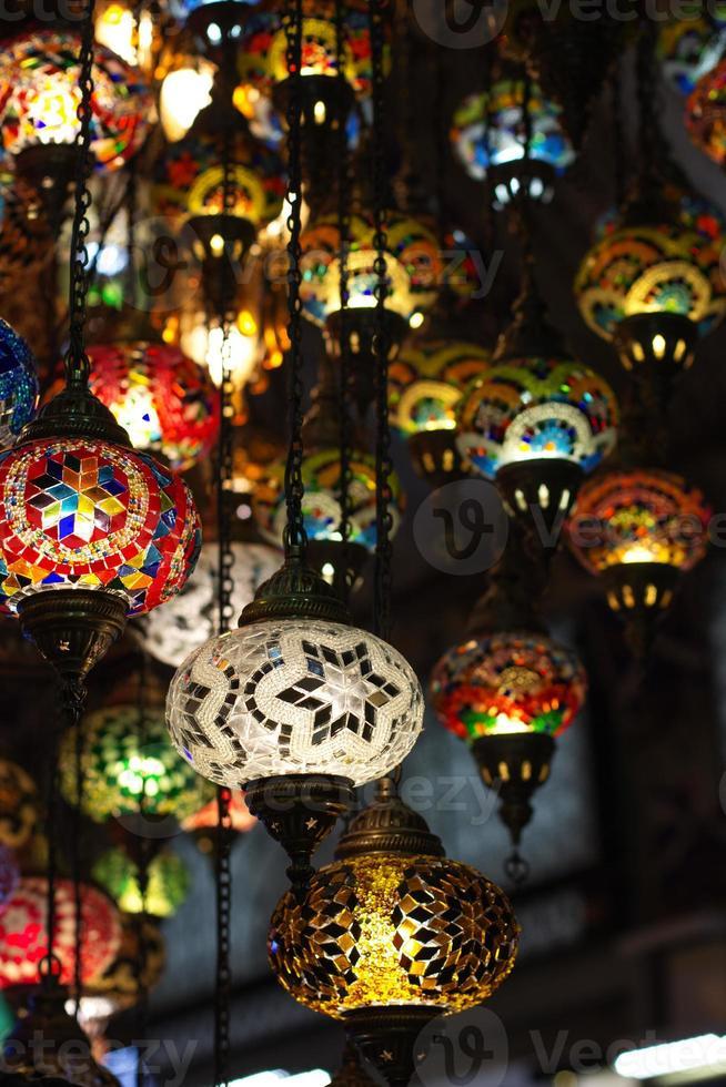 lanternas coloridas penduradas no grande bazar em Istambul, Turquia foto