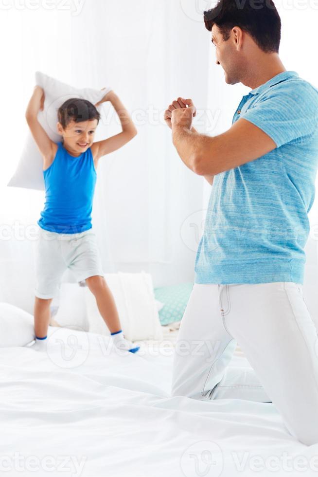 pai e filho se divertindo juntos foto
