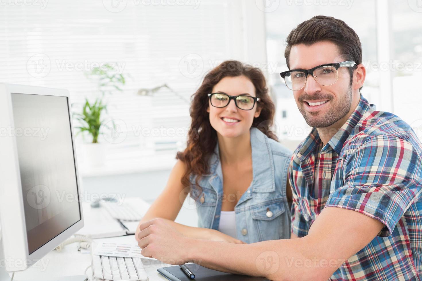 retrato de colegas sorridentes trabalhando juntos foto