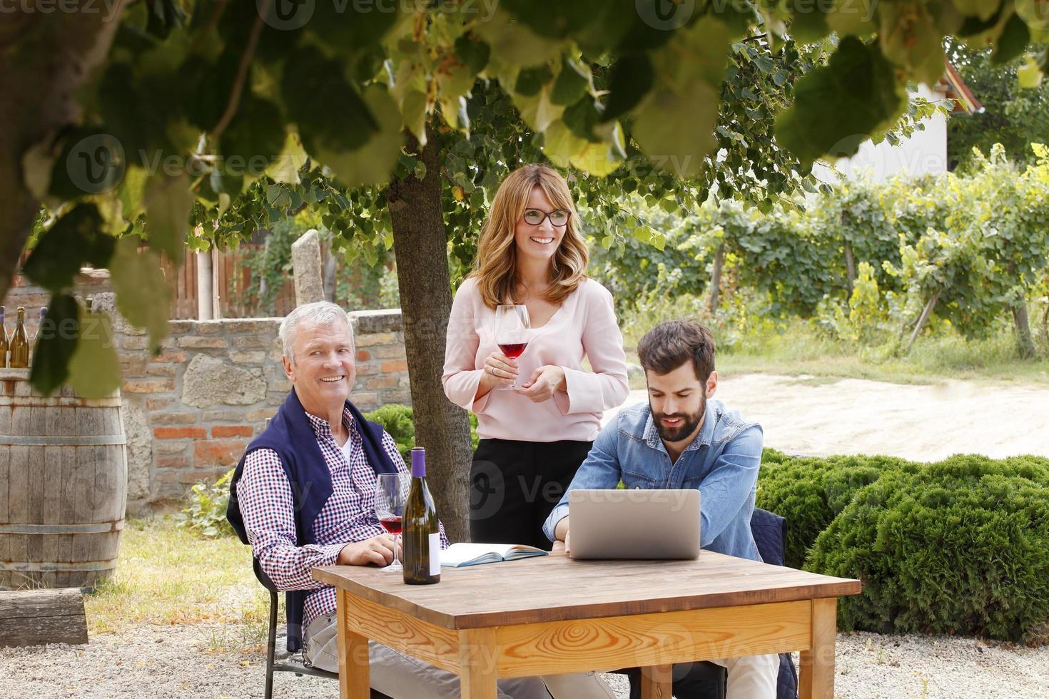 retrato de família do comerciante de vinhos foto