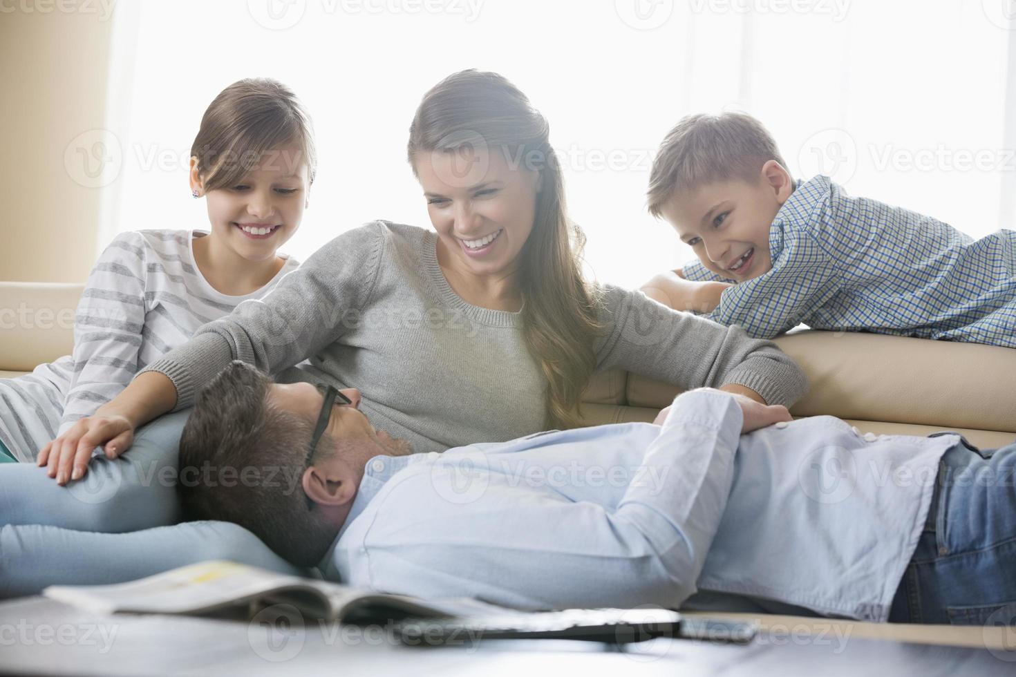 família em casa foto