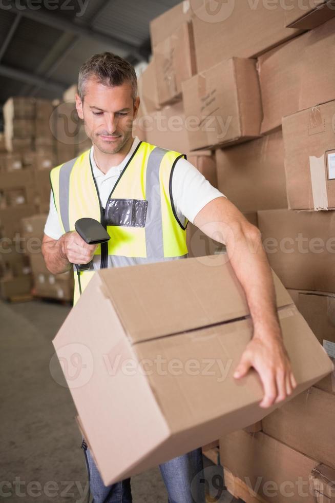 pacote de digitalização de trabalhador no armazém foto