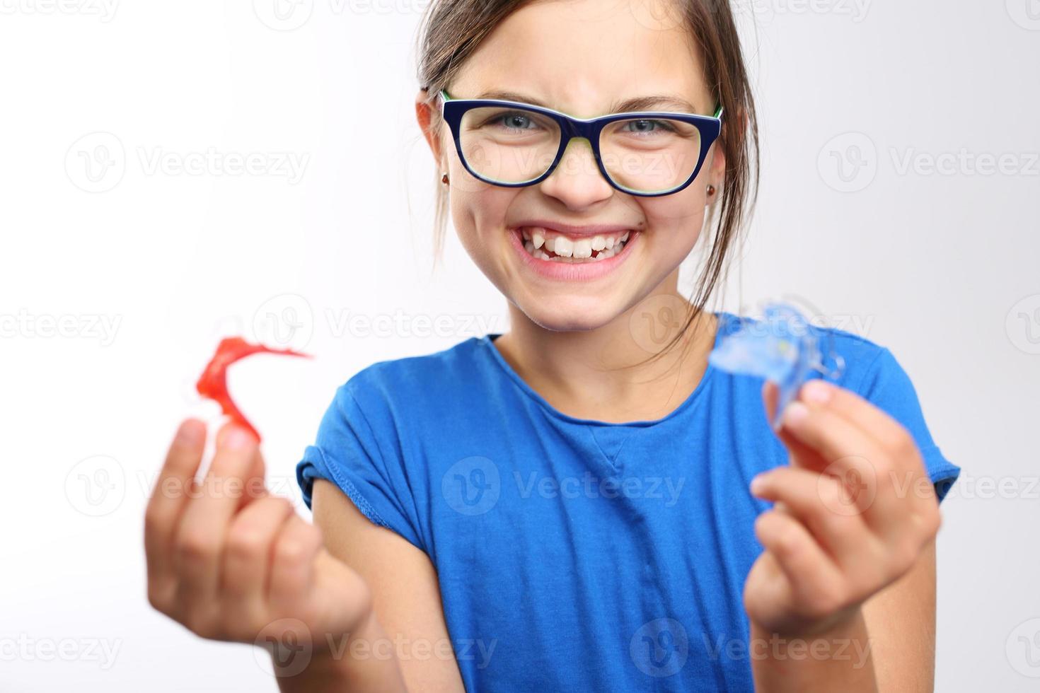criança com aparelho ortodôntico. foto