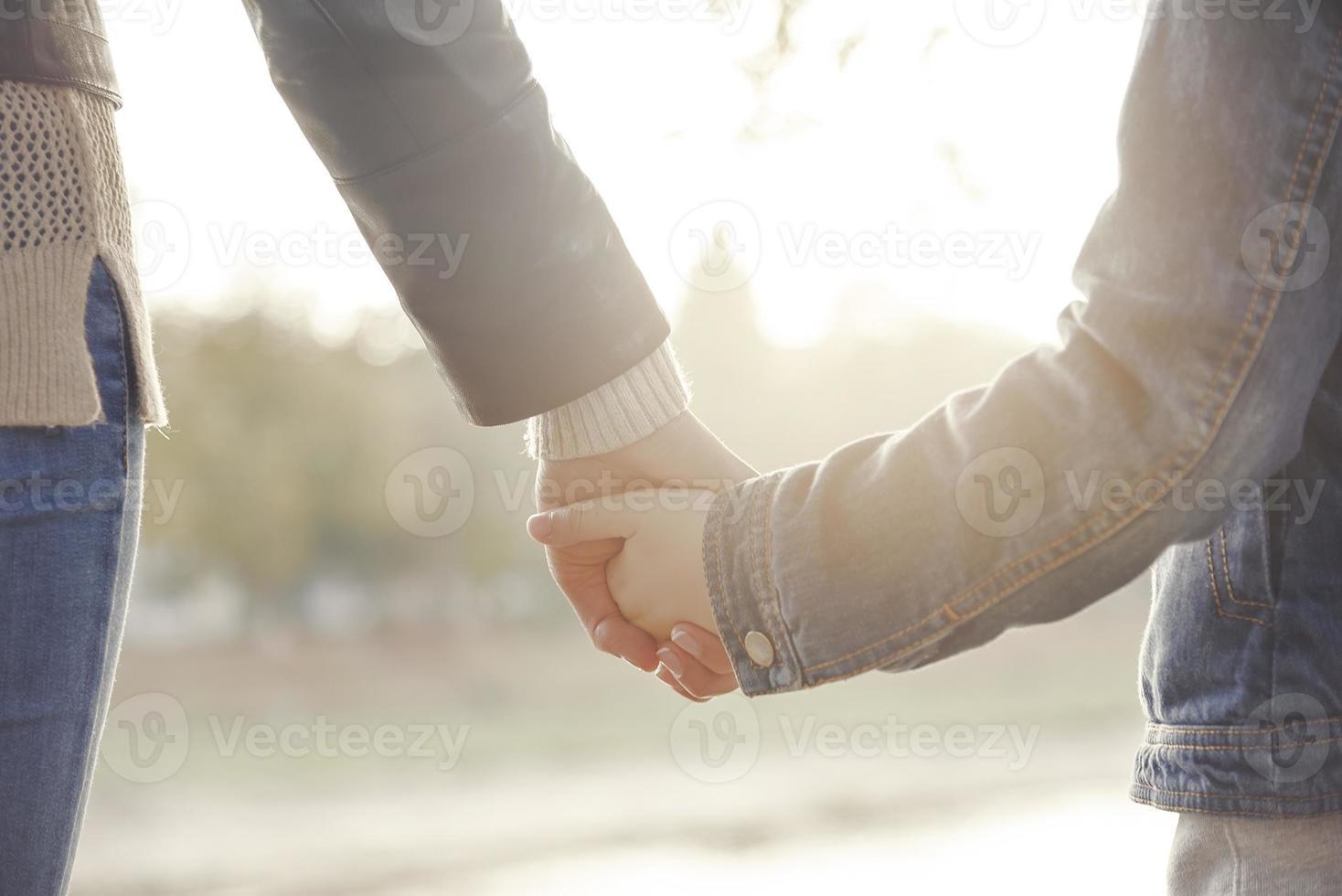 mãe, segurando a mão de seu filho foto