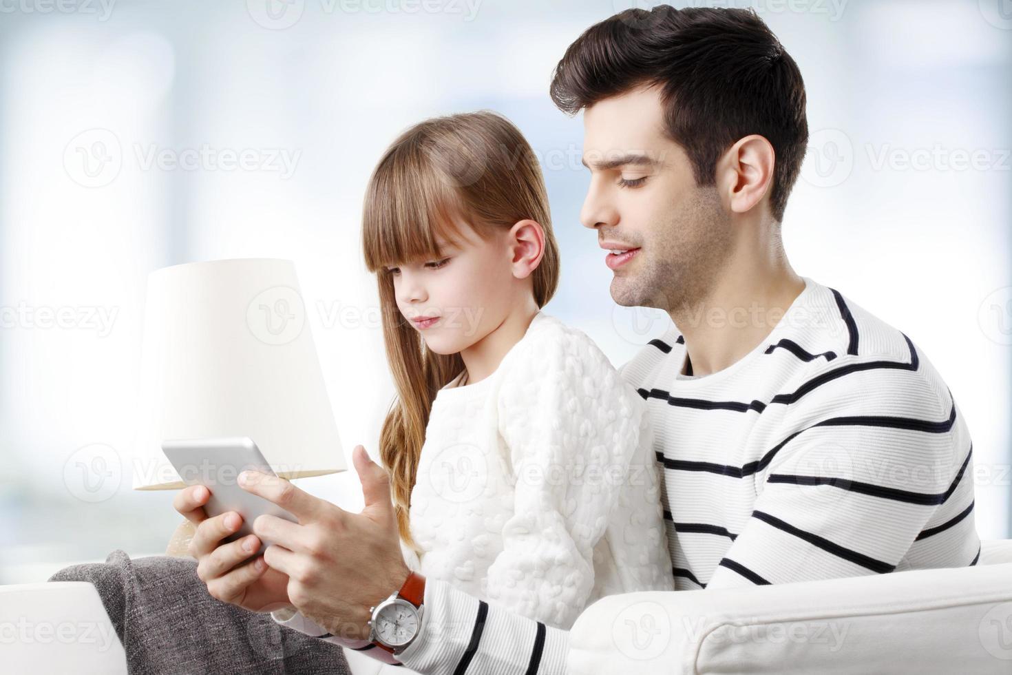 jovem pai com seu filho foto