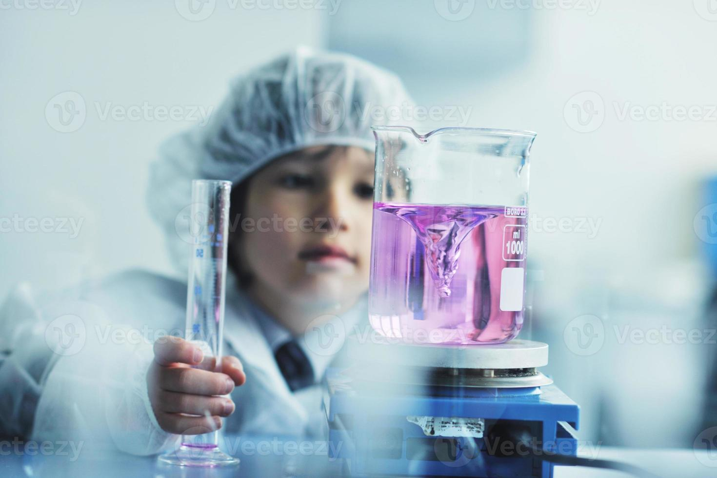 cientista de criança pequena em laboratório foto