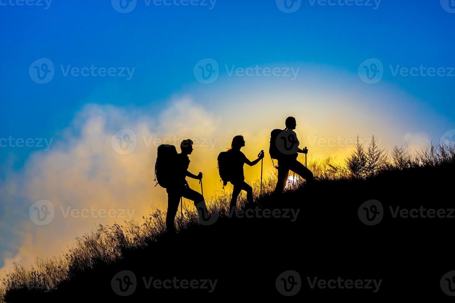 silhuetas de família de três pessoas de férias foto