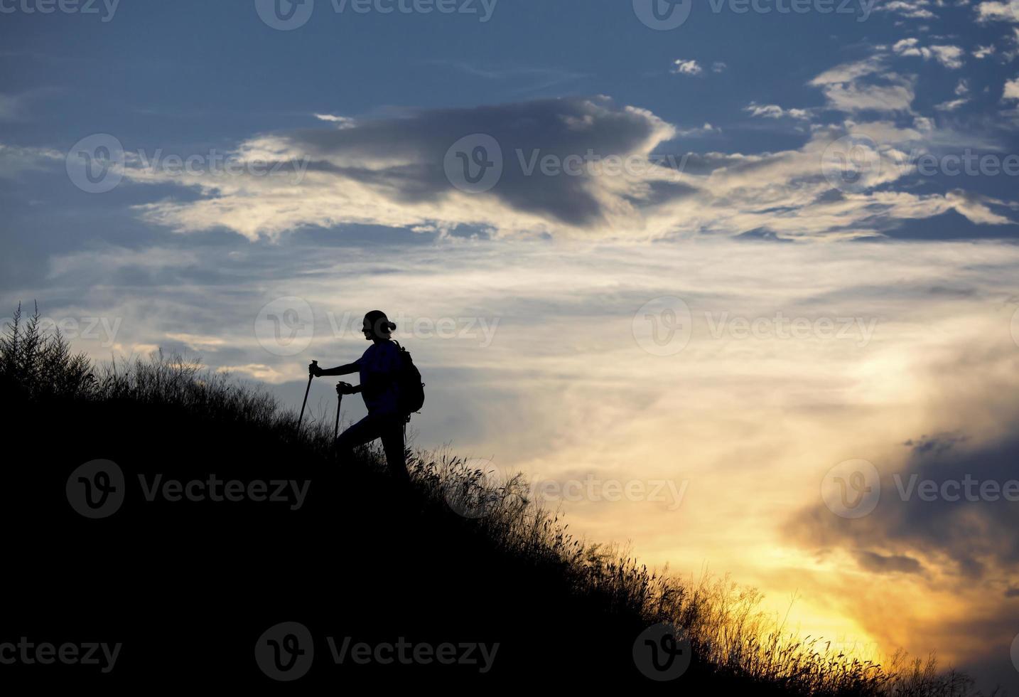 alpinista feminina caminha ao longo da cordilheira foto