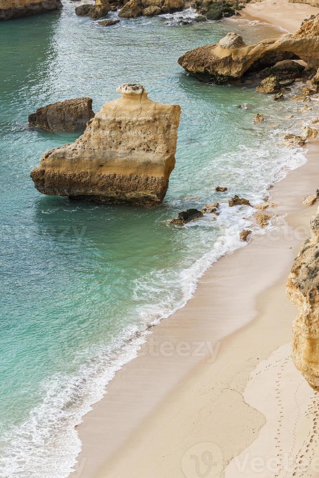 rock na praia da marinha em lagoa area, algarve, portugal. foto