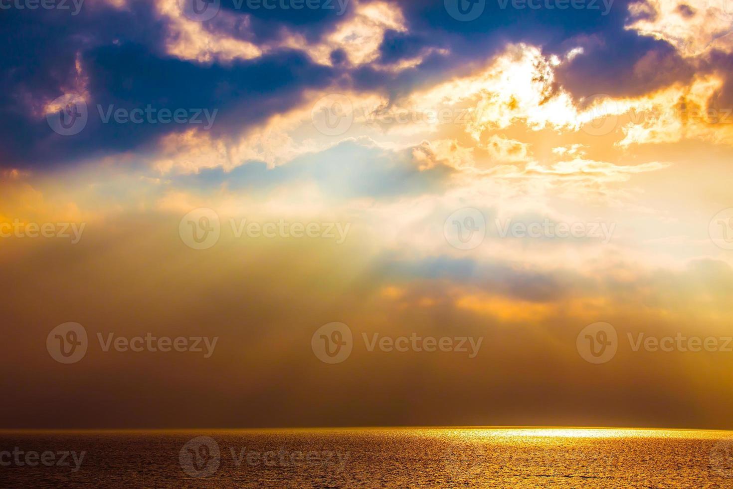 pôr do sol sobre a água foto