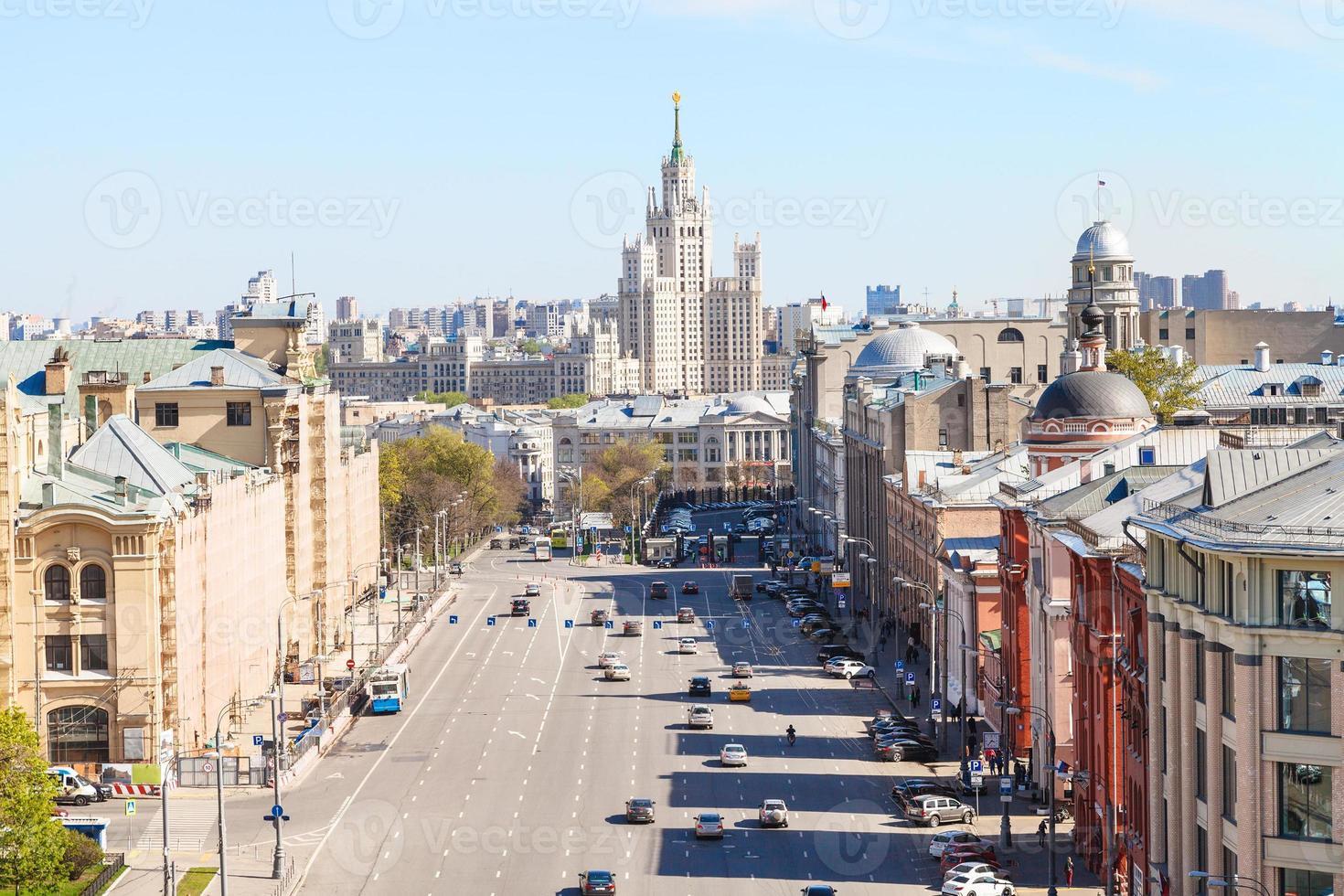 Praça lubyanka e novaya em Moscou na primavera foto