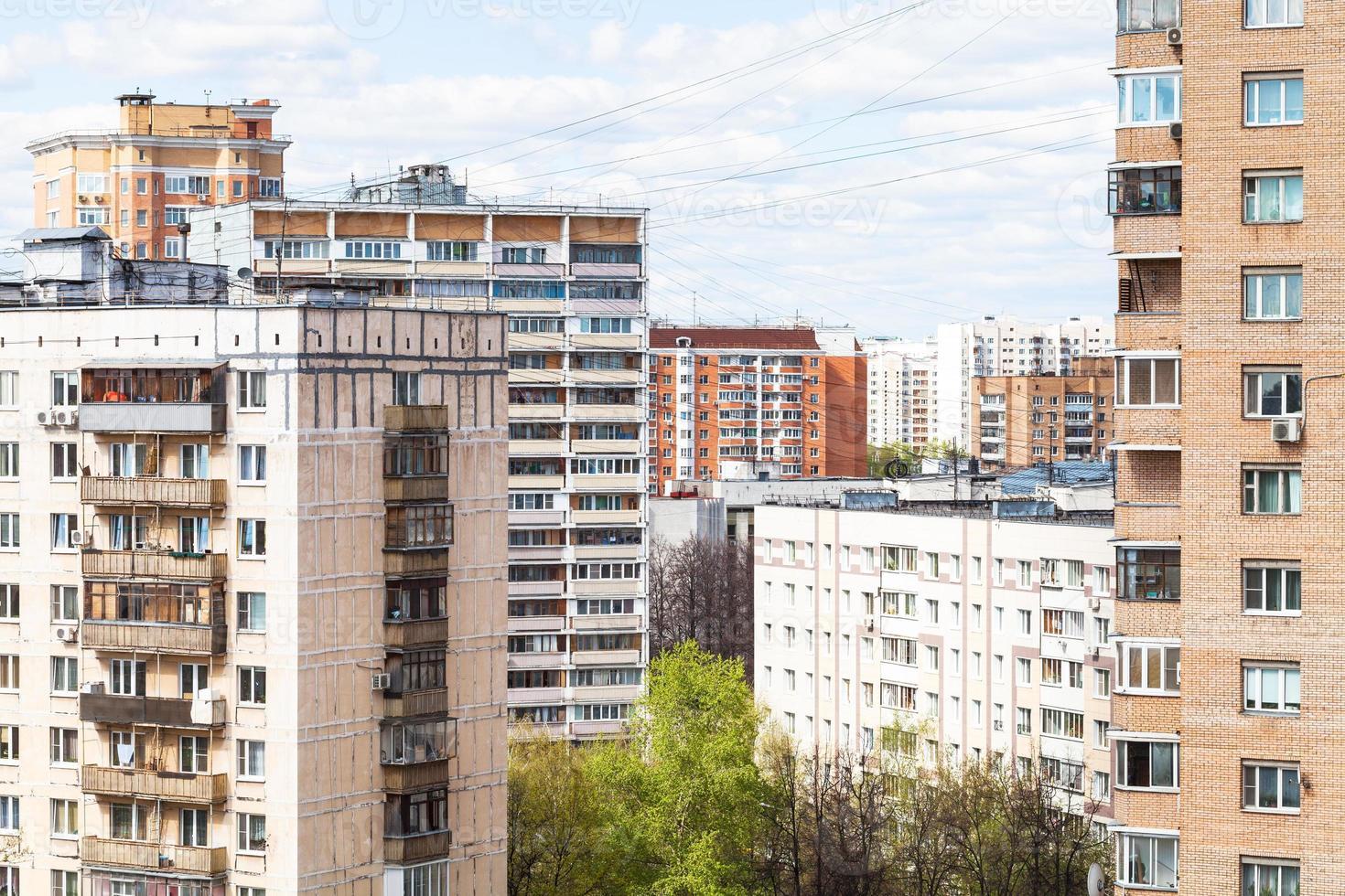 casas de muitos andares da cidade em dia de primavera foto