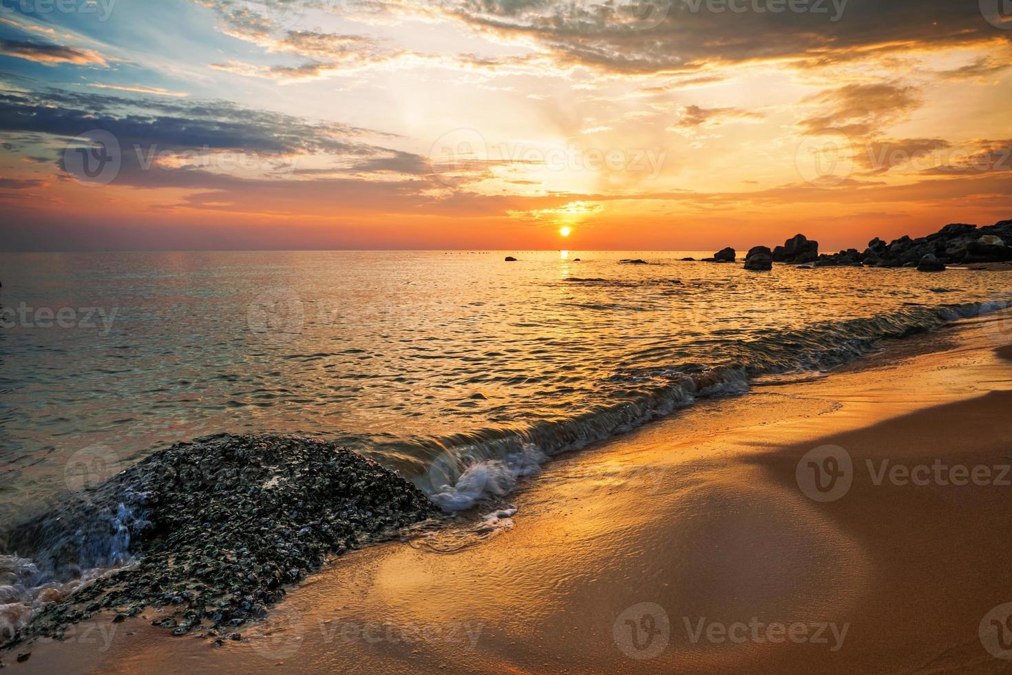 praia ao pôr do sol foto
