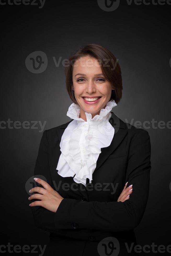 mulher de negócios sobre fundo cinzento escuro foto
