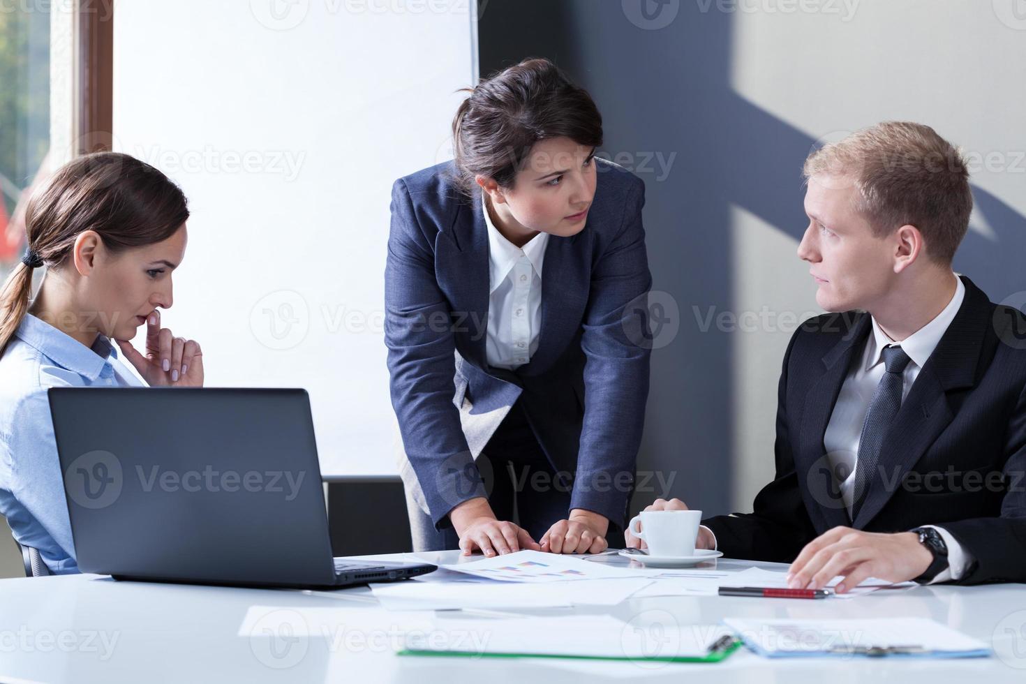 gerente do sexo feminino com raiva foto