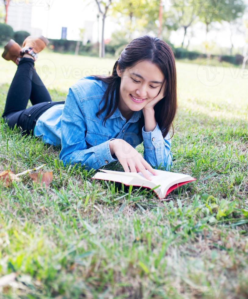 aluna lendo foto
