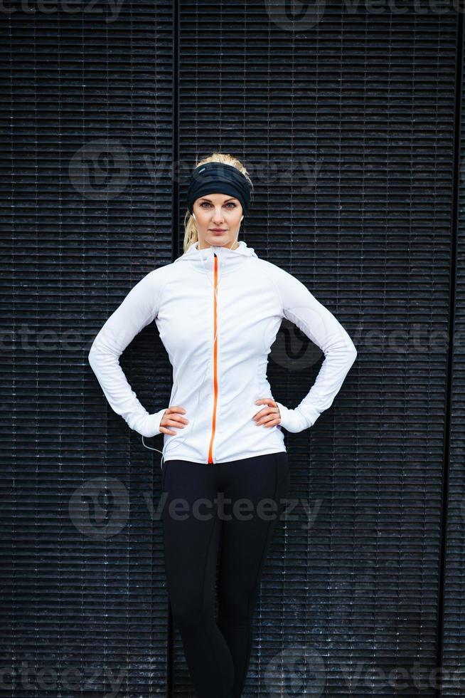 atleta feminina confiante ao ar livre foto