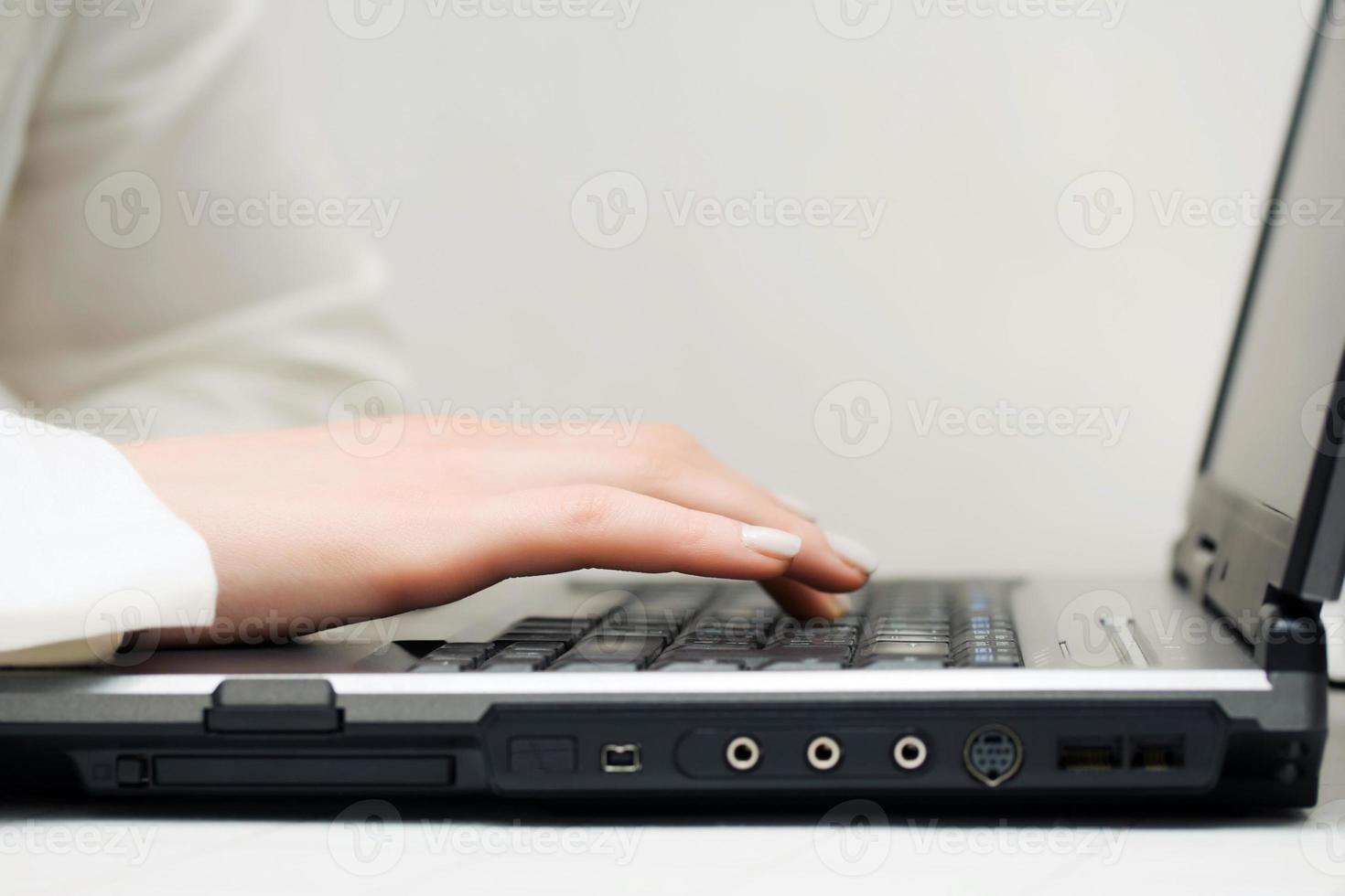 mãos femininas usando laptop foto