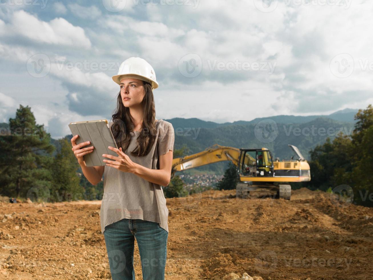 arquiteto feminino, supervisionando a construção foto