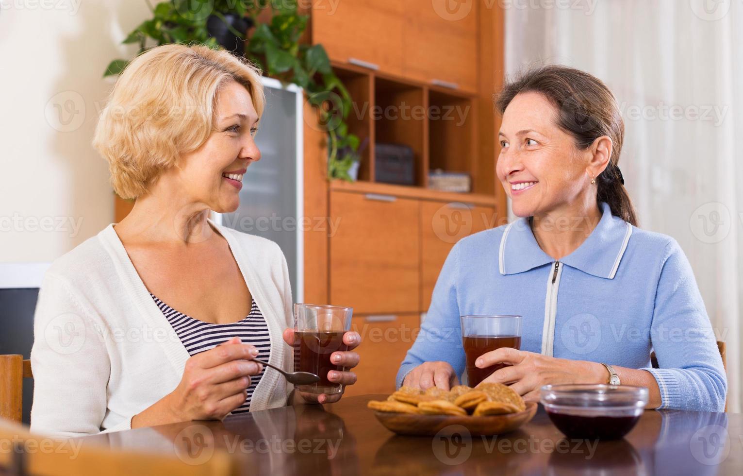 pensionistas do sexo feminino bebendo chá foto