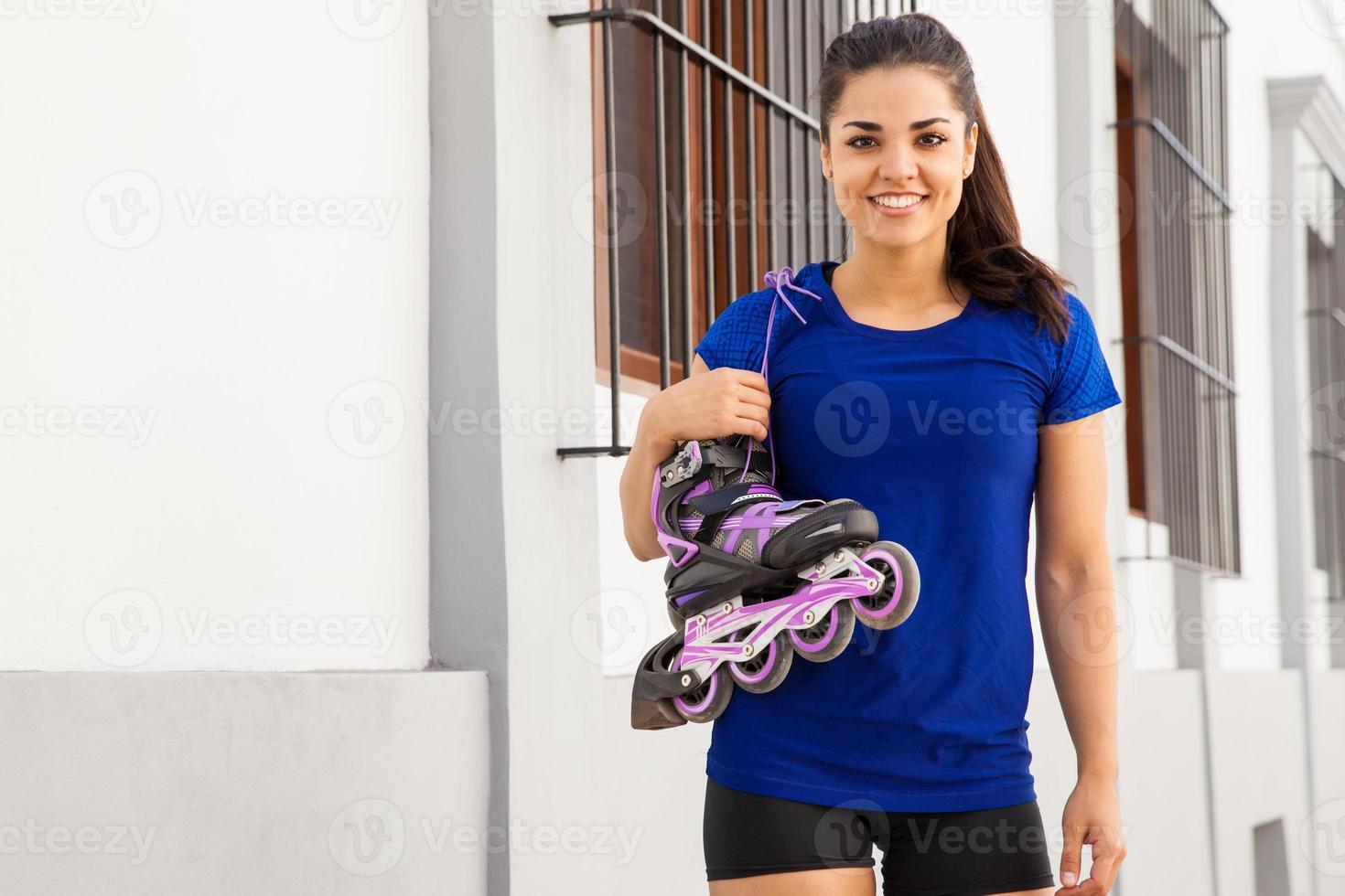 skatista feminina bonita sorrindo foto