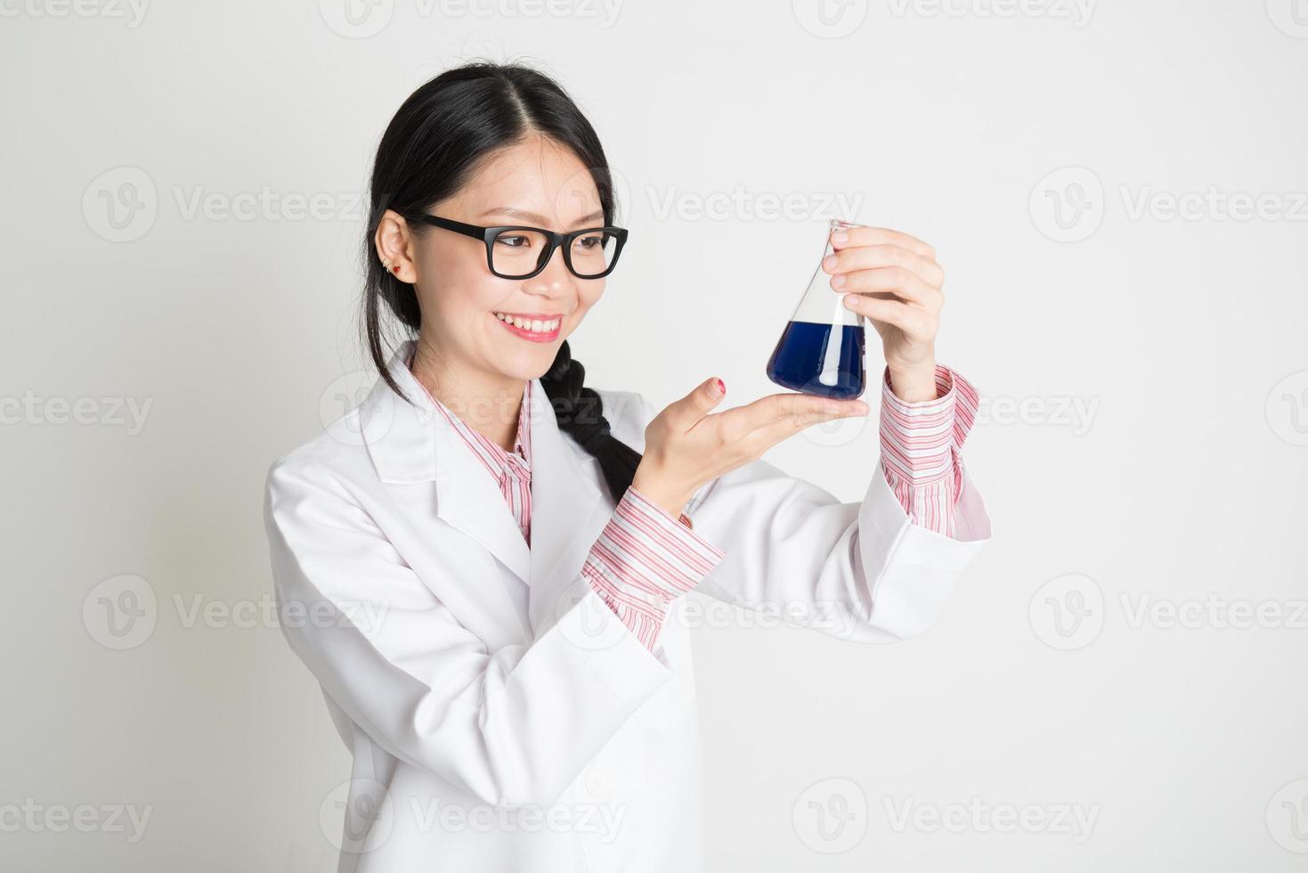 estudante de bioquímica feminina asiática foto