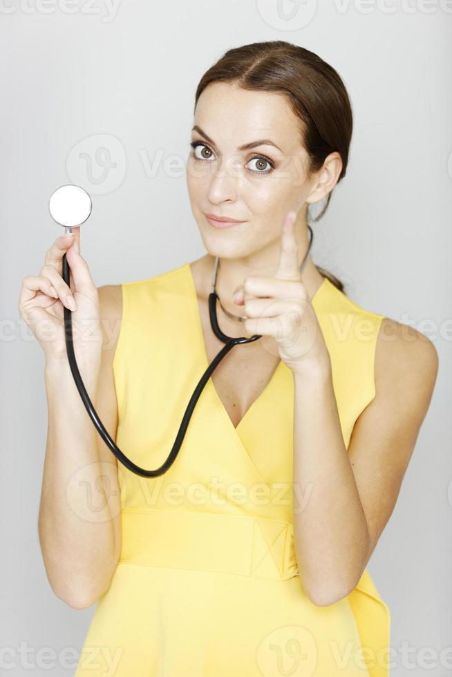 médica apontando foto