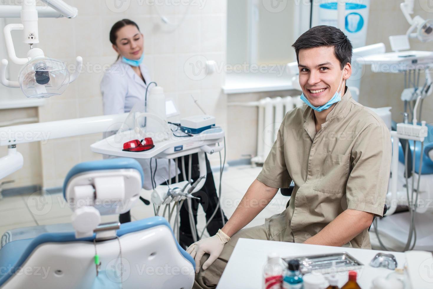dentista curando uma paciente do sexo feminino foto