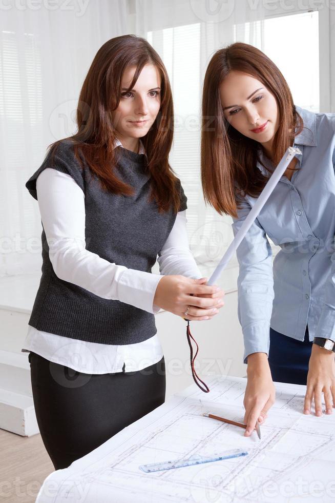 arquitetos femininos estudando plantas foto