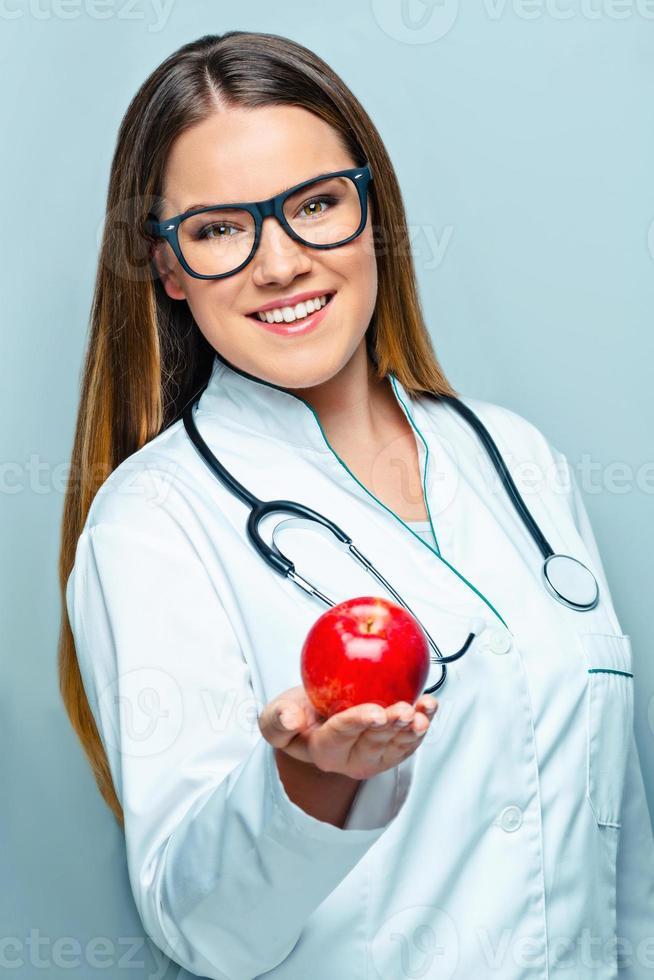 conceito para jovem médico feminino foto
