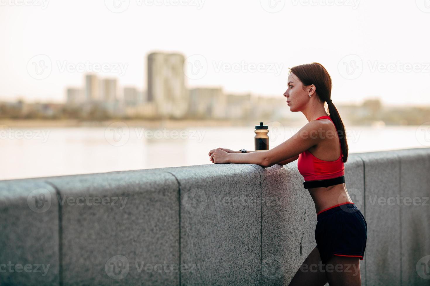 corredor feminino com água engarrafada foto