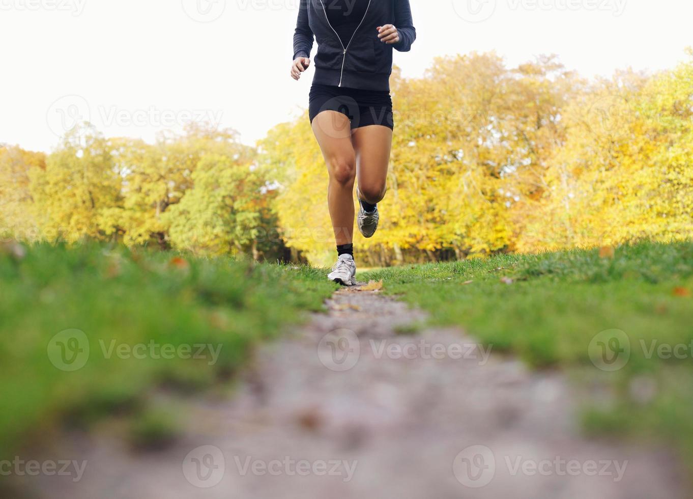 atleta feminina, movimentando-se no parque foto