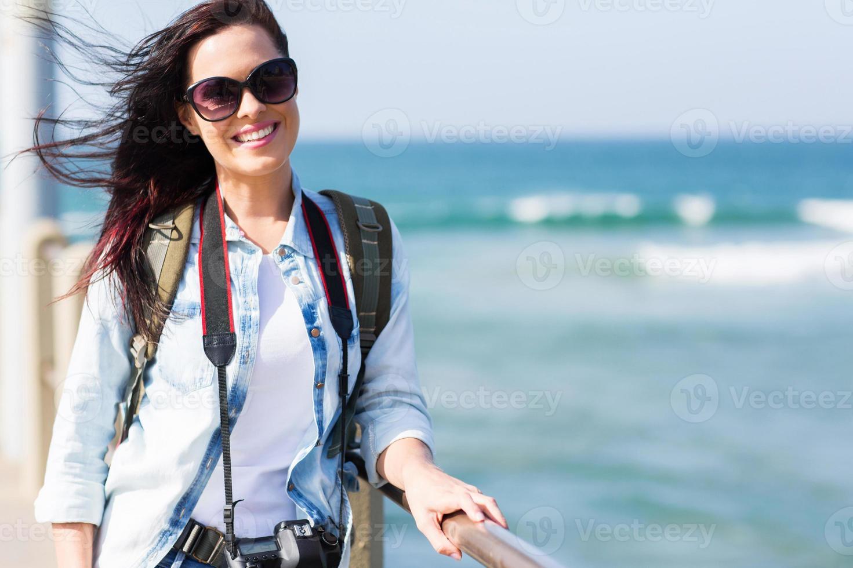 turista feminina em pé no cais foto