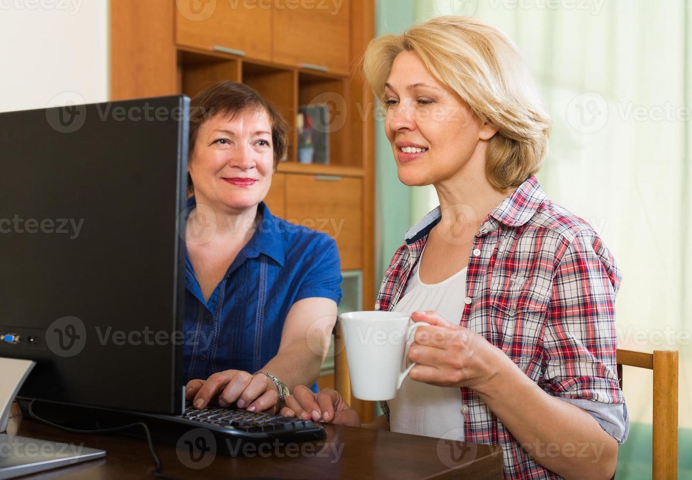 duas mulheres maduras navegação na web foto
