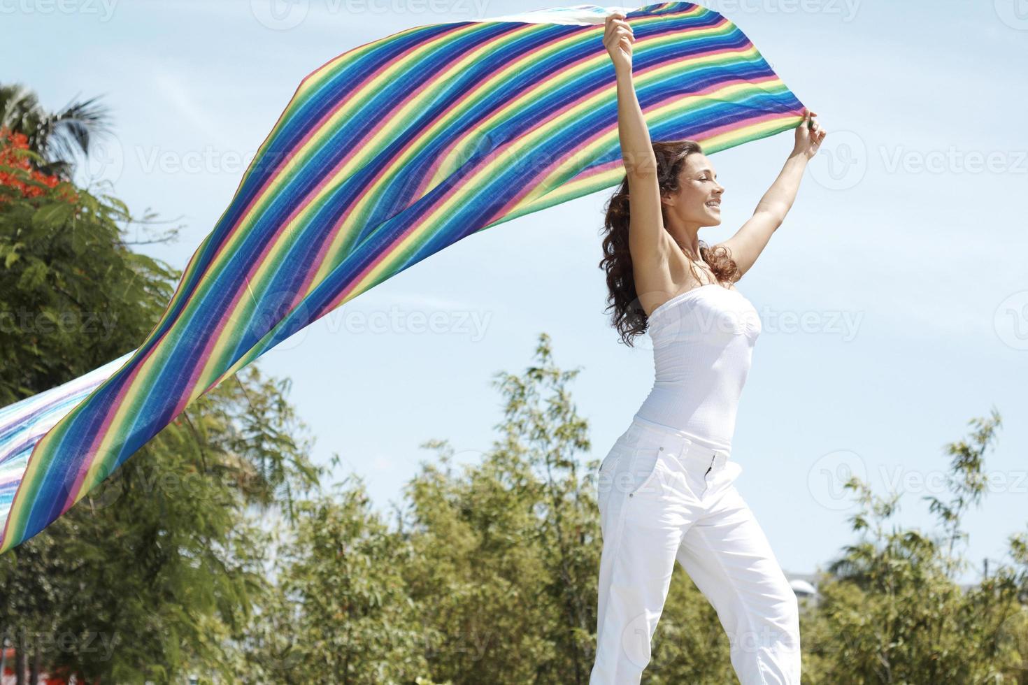 despreocupada fêmea segurando o pano colorido foto