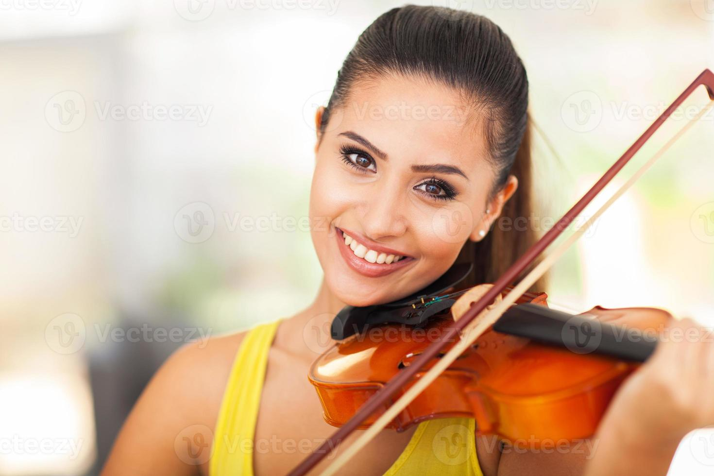 lindo músico feminino tocando violino foto