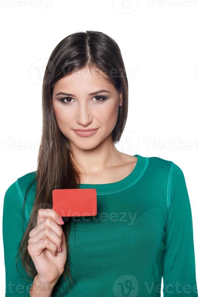 mulher sorridente, mostrando o cartão de crédito em branco foto